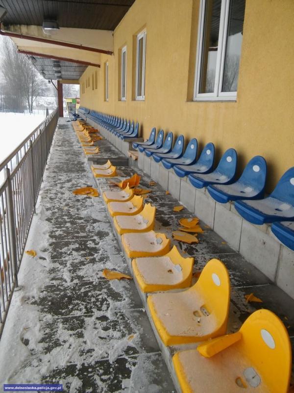 Zniszczyli krzesełka na obiekcie sportowym