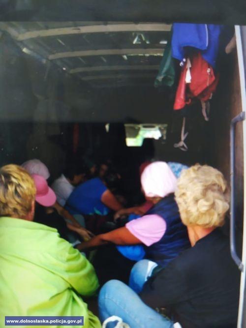 Przewozili ponad 20 osób wskrzyniach ładunkowych