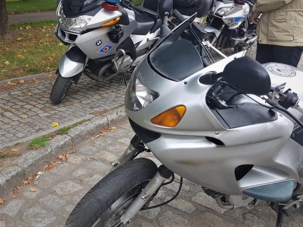 Jechał motocyklem, który nie miał szyby czołowej